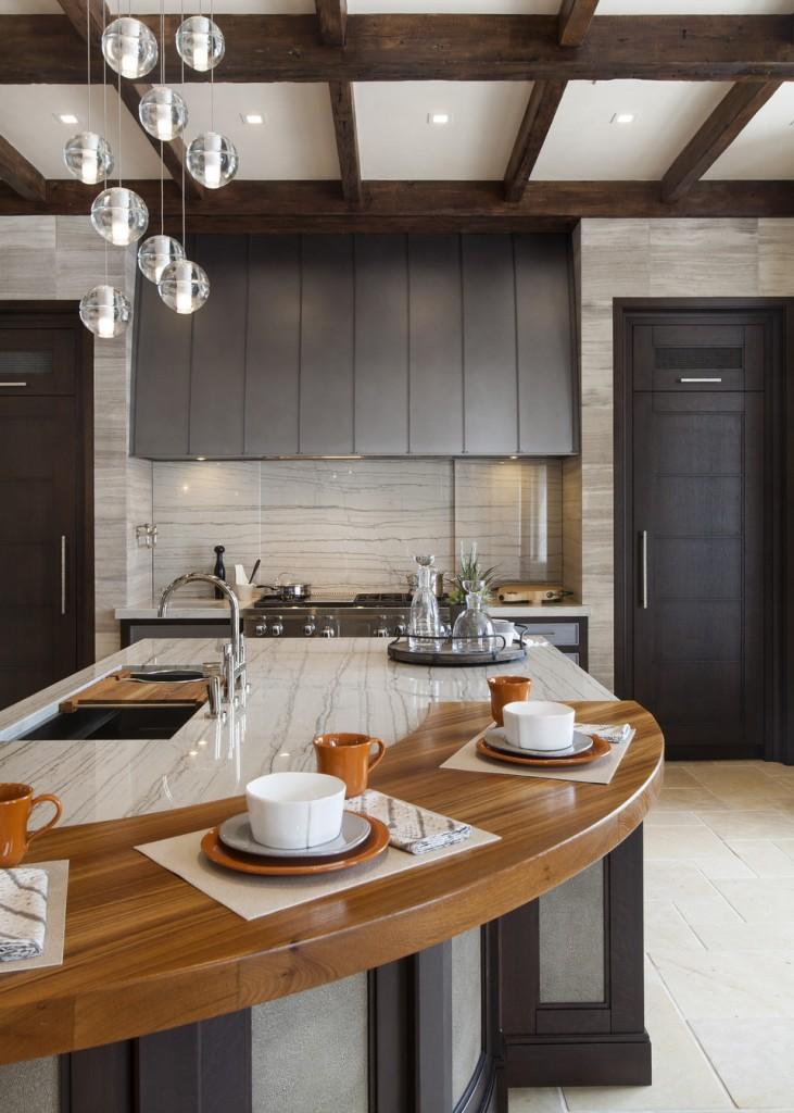 Соединение мрамора и дерева в пределах одной столешницы - интересная деталь в интерьере кухни