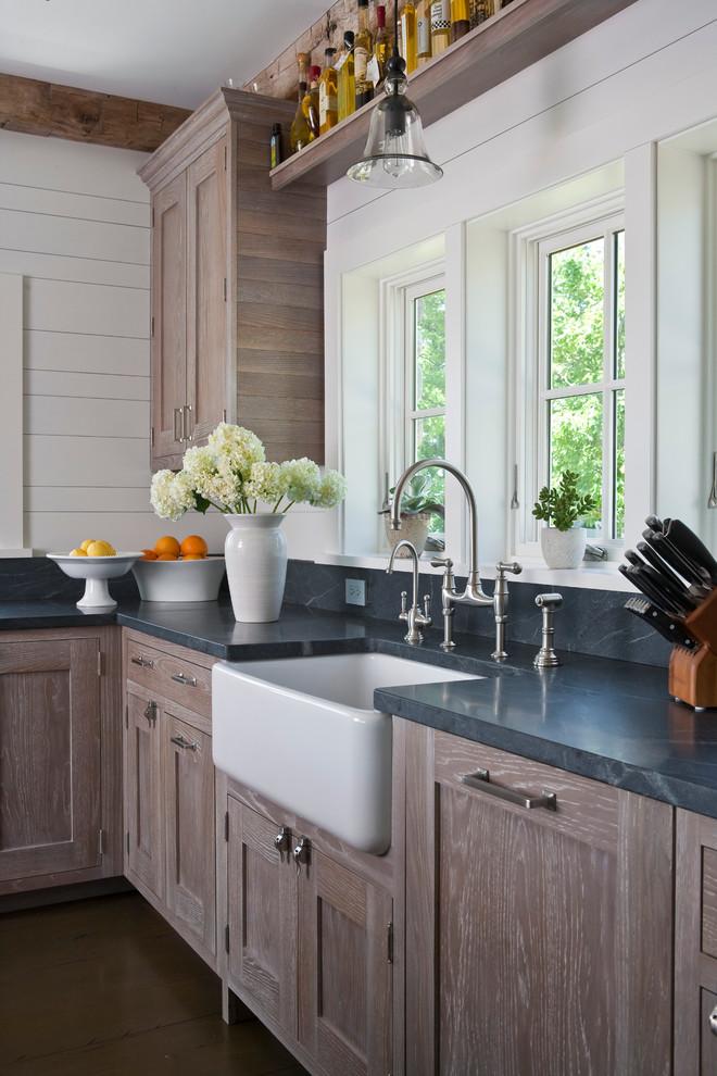 Плинтус и сама столешница выполнены с одного материала, что делает кухонное пространство более целостным и завершенным