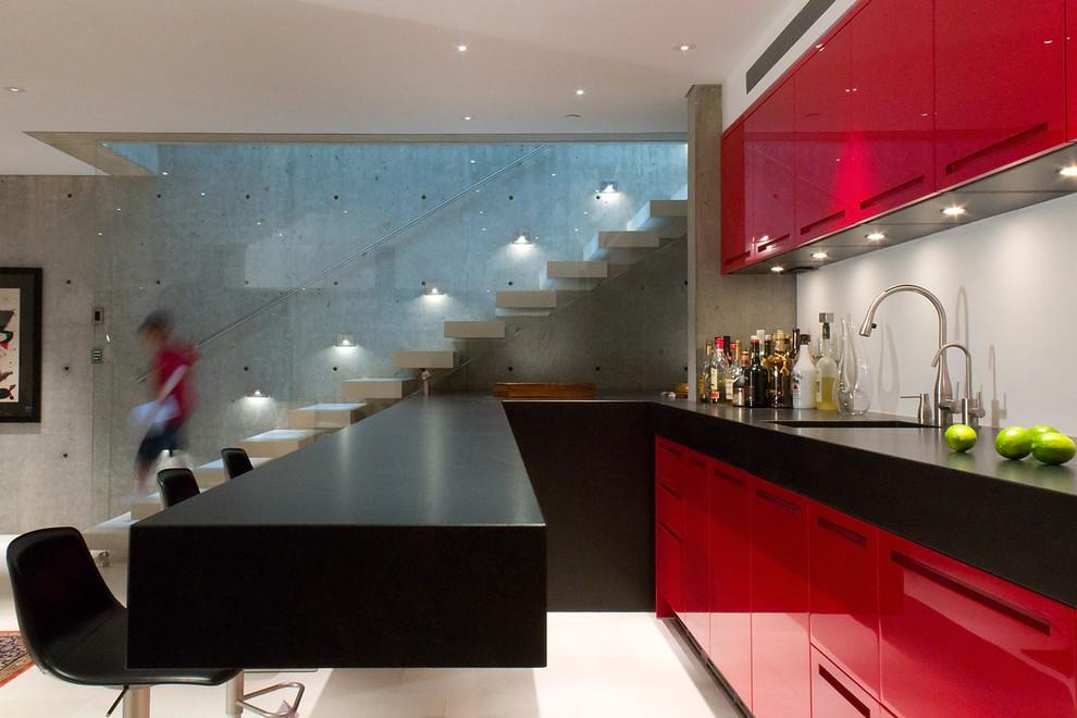 Высокий профиль столешницы в черном цвете - стильная особенность любой кухни