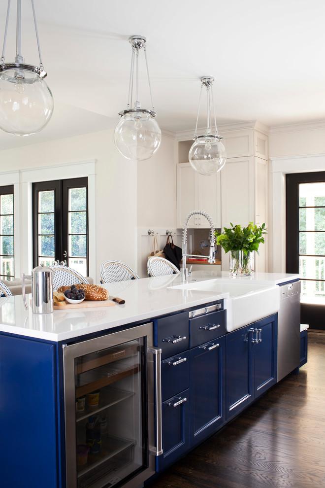 Дует белой столешницы и насыщенных синих фасадов - залог красивого интрьера