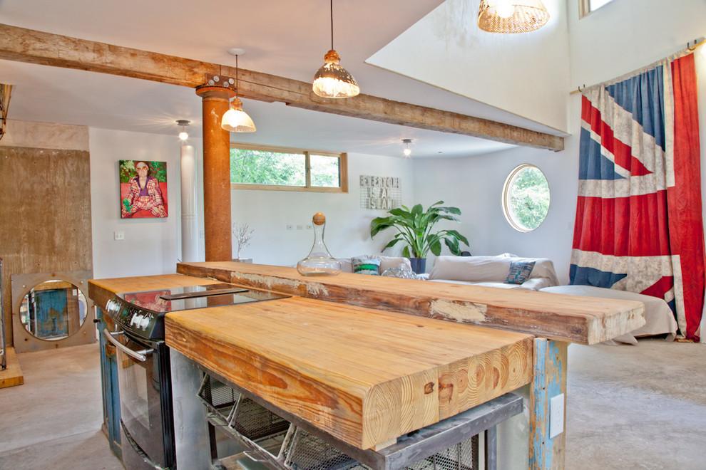 Вариант столешницы с грубо обработанного дерева подойдет для кухни в стиле лофт