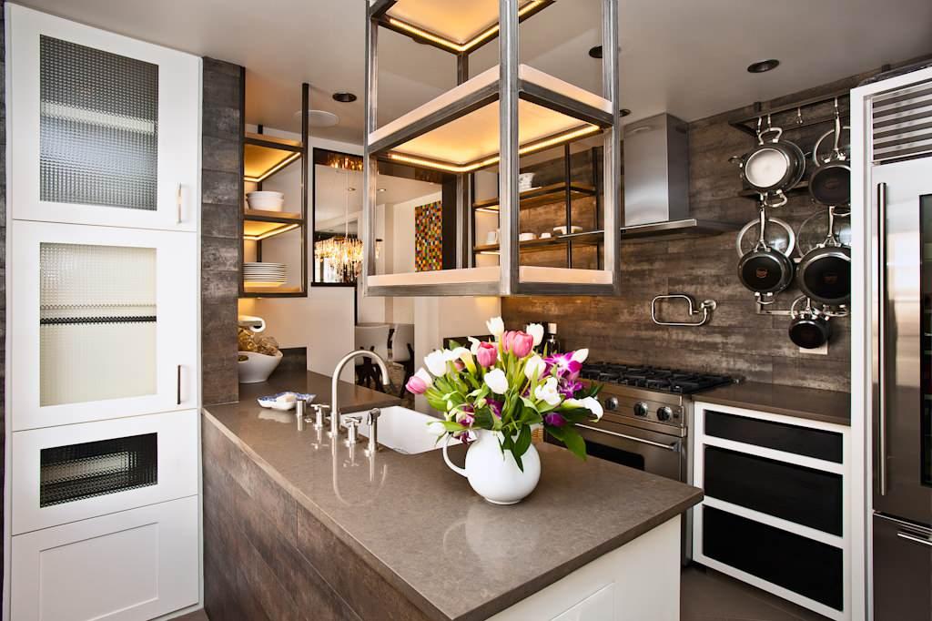 Цвет столешницы поддерживает основную гамму, выбранную для дизайна кухни