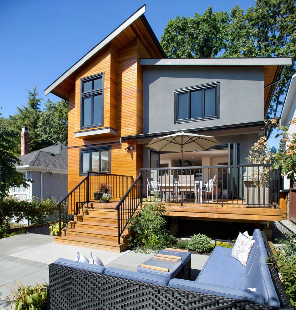 Эркер удачно украшает дом, придавая ему необычной формы