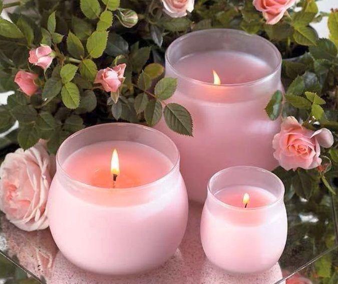 Свечу с ароматом розы можно окрасить в розовый цвет