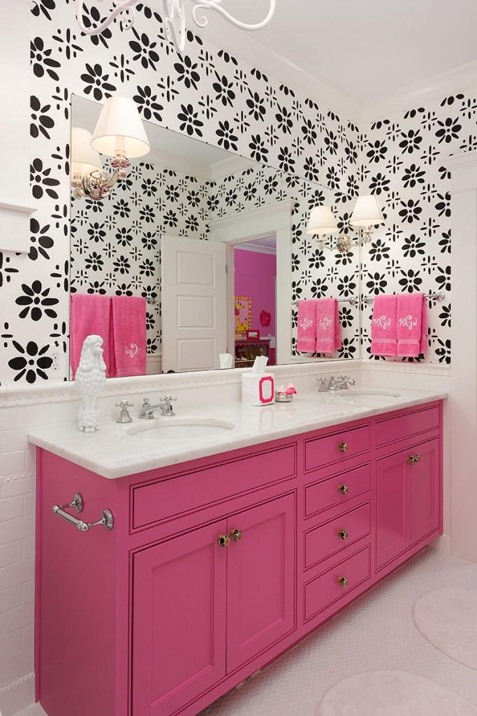 Яркое цветовое пятно тумбы на фоне монохромных стен - сочный акцент в ванной для девочки