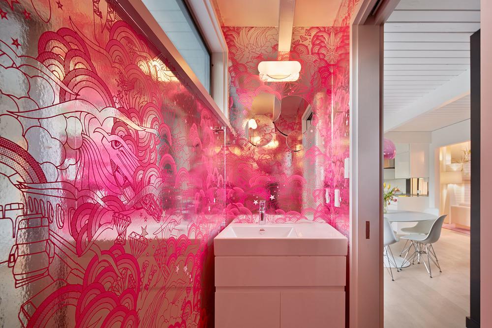 Если у вас есть концепт интерьера с яркими стенами, то чтобы не перегружать помещение стоить выбрать нейтральную сантехнику, как вариант купить умывальник вместе с тумбой белого цвета