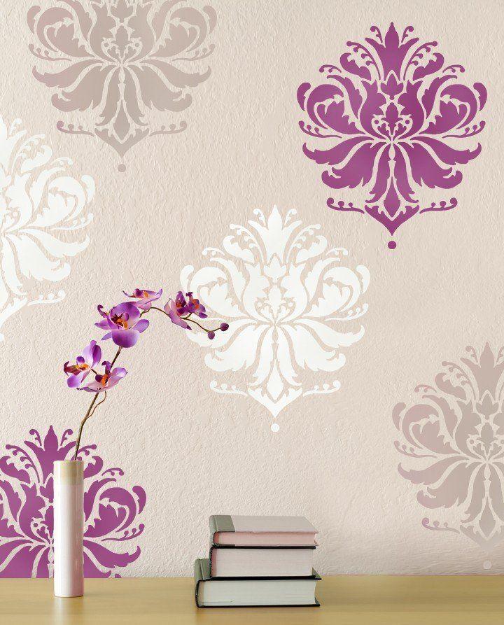 Красивые яркие цветы на стене