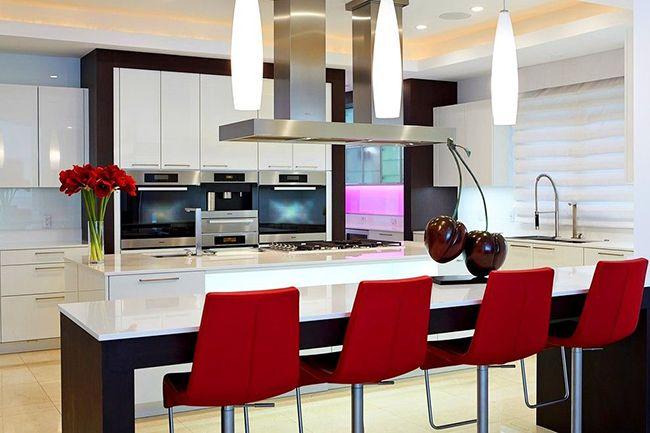 Интерьер, построенный на контрасте, радует глаз. Поэтому цвет венге на кухне в сочетании со светлой мебелью и техникой, будет отличным выбором