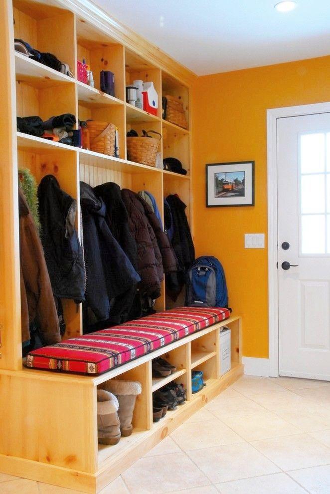 В открытых полочках разного размера можно хранить межсезонную обувь