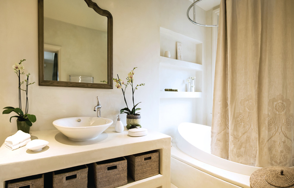 Плетеные корзины в тумбе для ванной - главный аксессуар, в тон которым подходит зеркало и штора
