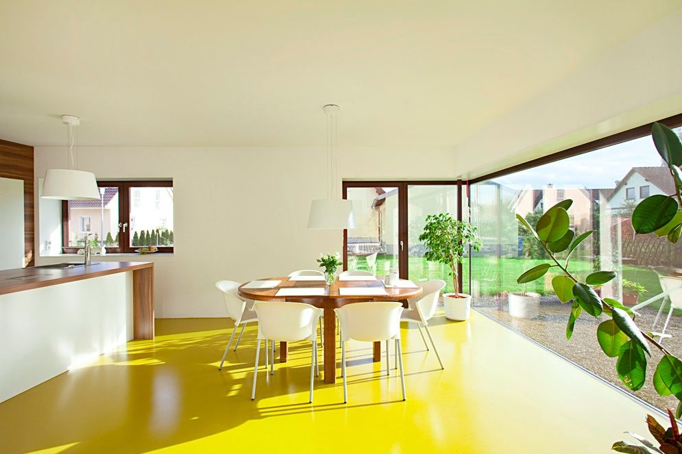 Яркая солнечная кухня с желтым линолеумом