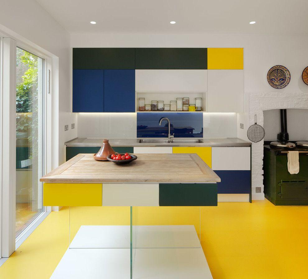 Сочный желтый цвет линолеума делает кухню яркой и запоминающейся