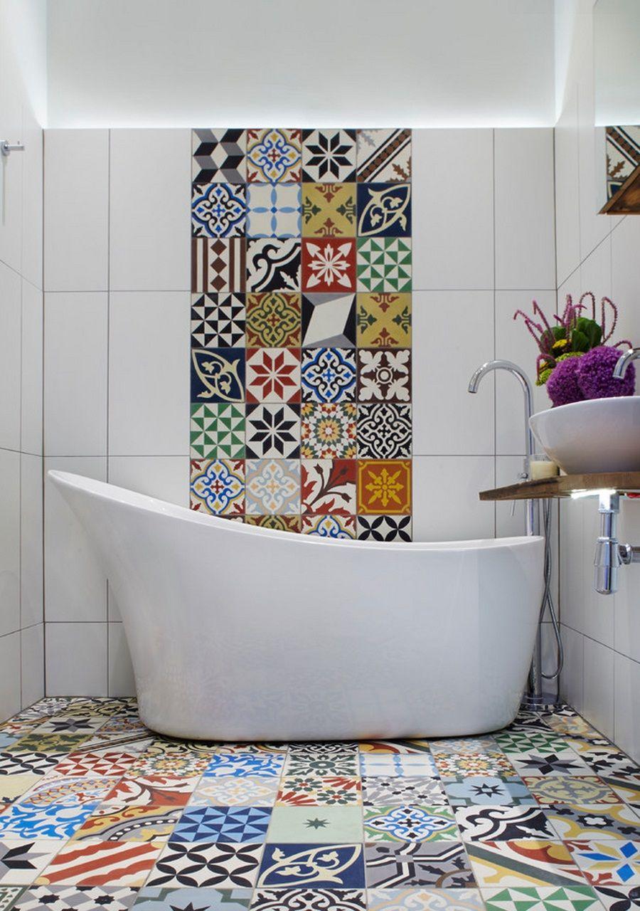 Разноцветная плитка в ванной придает нотку игривости