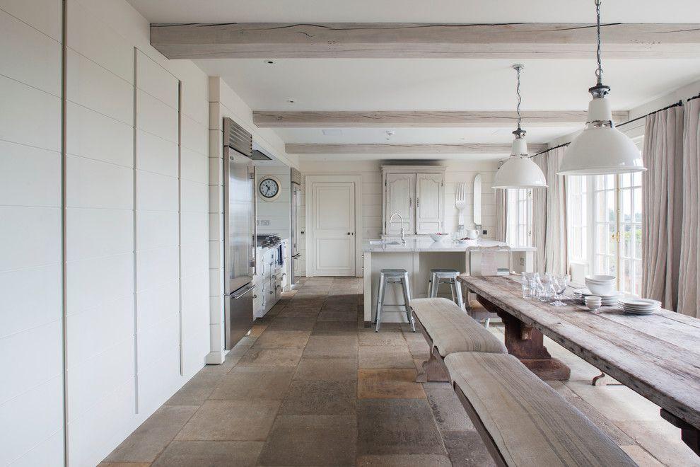 Добротное каменное покрытие в кухне-столовой