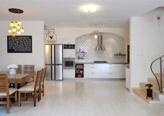 Светлый нарядный ламинат на кухне