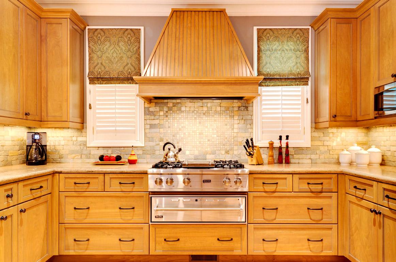 Компактность встроенной кухни и ощущение уюта, которое дарит мебель из дерева, обеспечит вдохновение для приготовления кулинарных шедевров