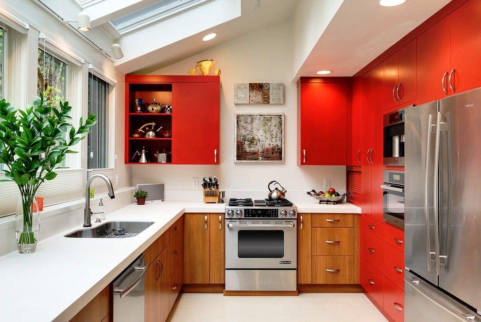 Такая цветовая гамма для встроенной кухни – прекрасный вариант, так как красный цвет возбуждает аппетит, а серебряный побуждает к действию
