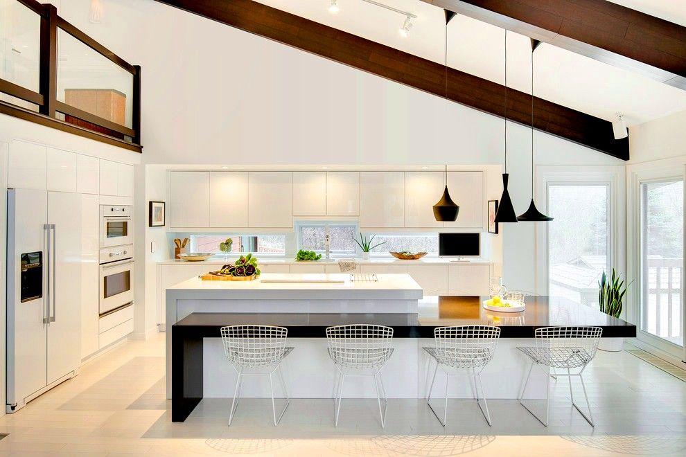 Встроенная кухня в белых тонах с чёрными деталями станет стильным и «вкусным» райским уголочком в квартире
