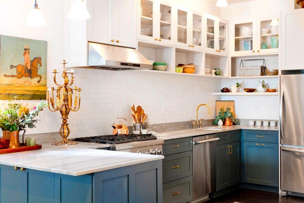 Стоит добавить благородного синего цвета и золотых деталей - и встроенная кухня «заиграет» по-новому