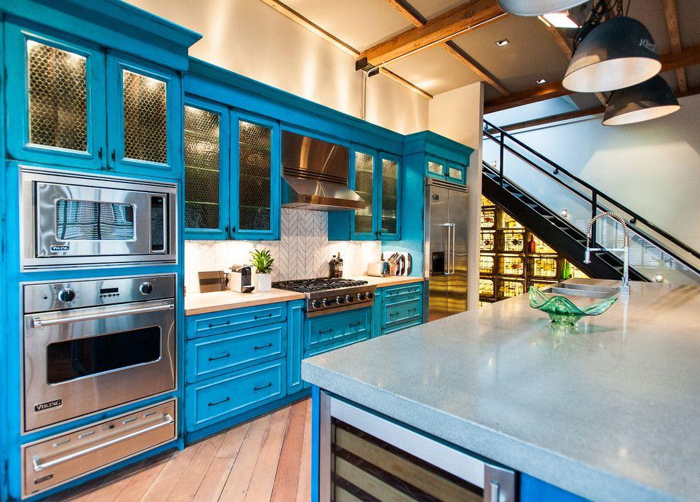 Сочный голубой цвет мебели вместе с такой встроенной кухней сделают любое приготовление пищи увлекательным процессом