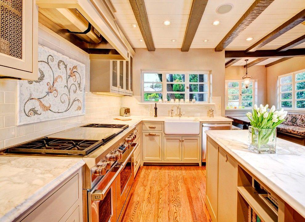Большая кухонная плита – настоящая находка, которая может стать главным помощником для хозяйки встроенной кухни