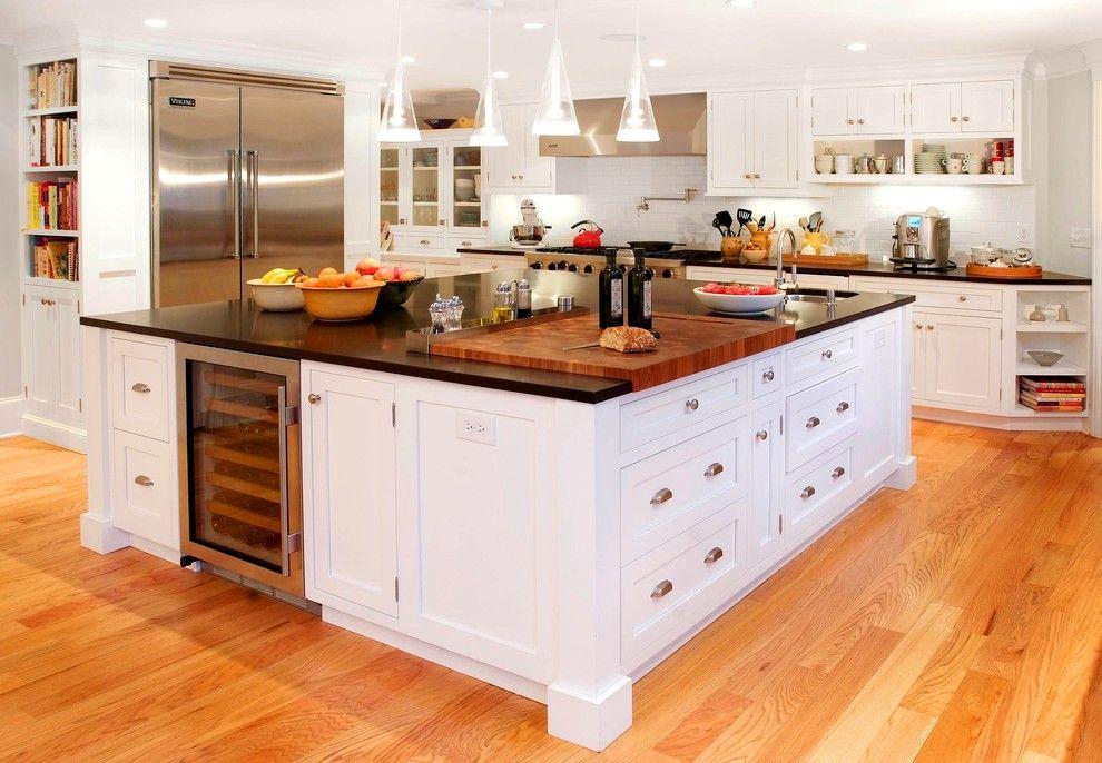 Главная черта встроенной кухни – компактность – позволяет поместить большой многофункциональный стол в центре интерьера