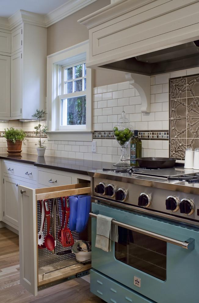 Хранить черпаки, лопатки и т.д. удобно в подвешенному виде в узкой выдвижной ячейке возле плиты