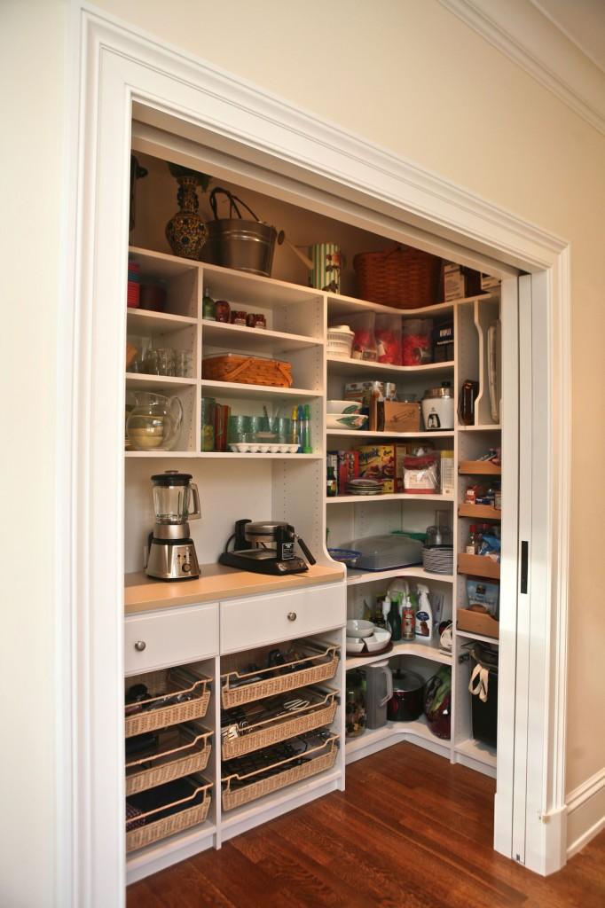 Вместительный ниша-шкаф с кучей полок и выдвижных ящиков