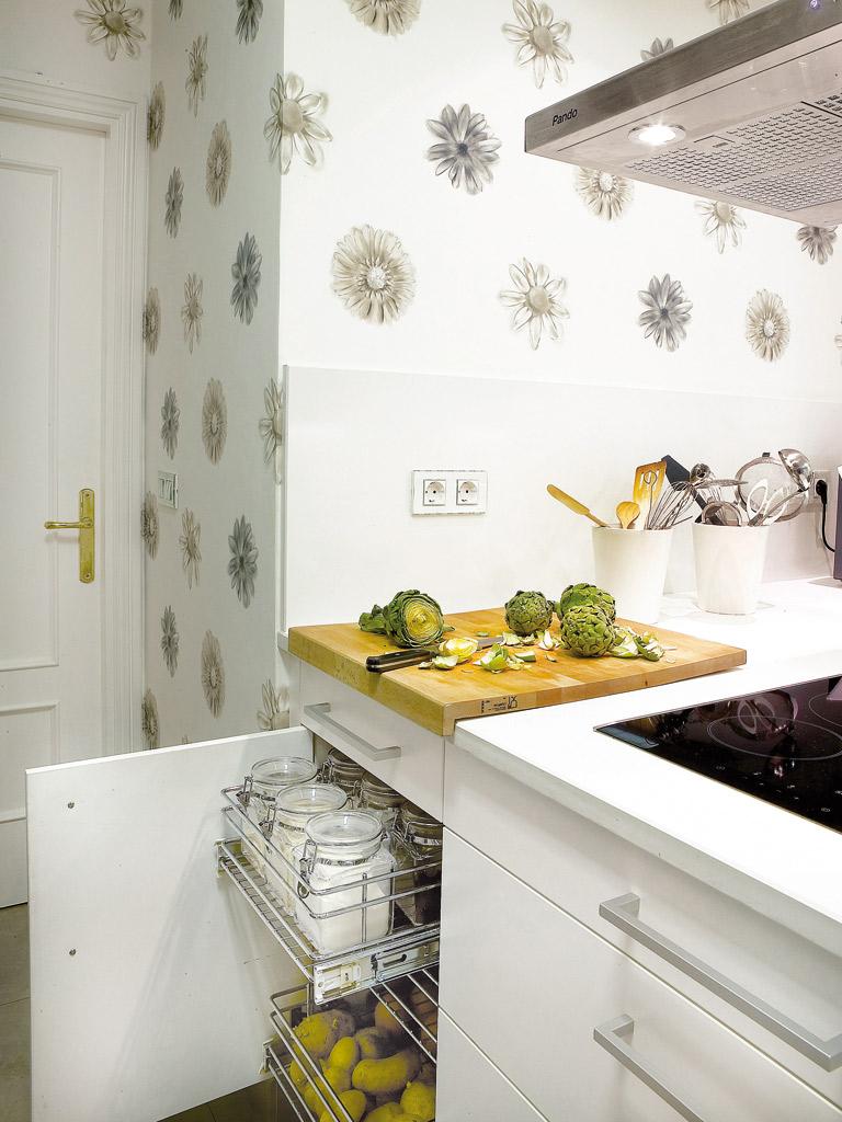 В ящиках с металлических прутьев одинаково удобно хранить и овощи, и посуду, и банки с крупами
