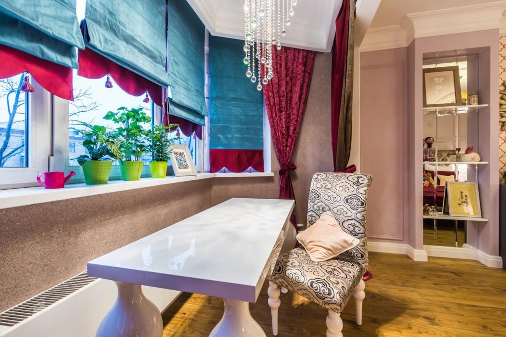 Пастельно-розовые стены в сочетании с ярким текстильным оформлением создадут необычный сочный интерьер