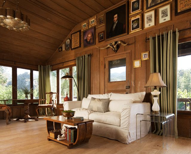 В гостиной, выполненной в американском стиле, даже обилие массивной мебели выглядит гармонично