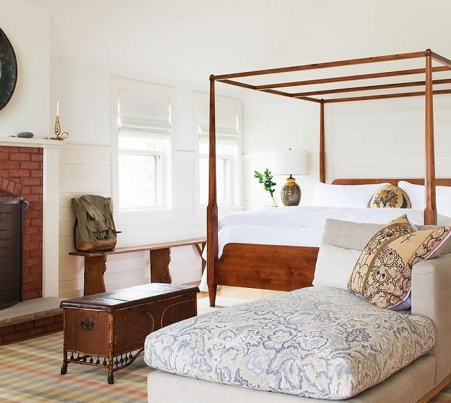 Несмотря на всю основательность деревянной мебели, она отлично вписывается в интерьер, не ничуть не утяжеляя его
