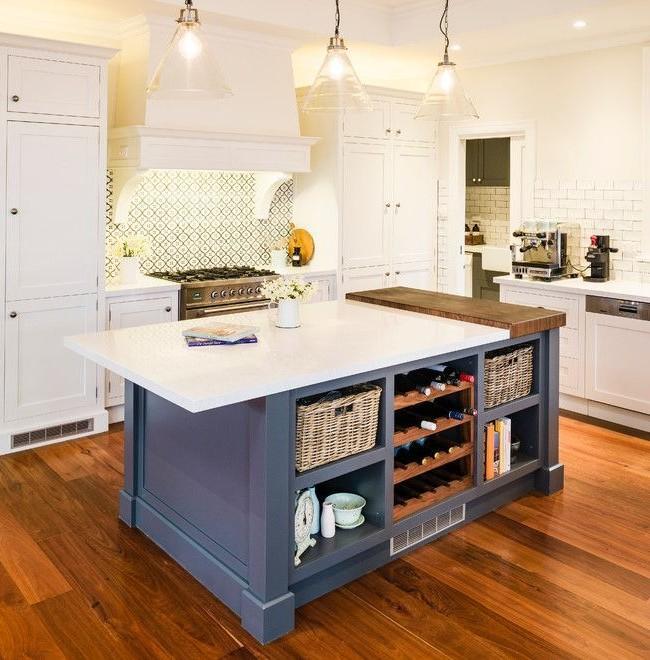 Несколько источников мягкого света помогают полноценно осветить всю кухню