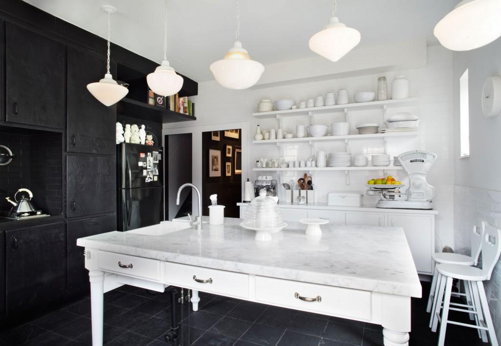 Если вы не хотите акцентировать внимание на холодильнике, то использовав такой же цвет в окружении вы легко можете спрятать его там