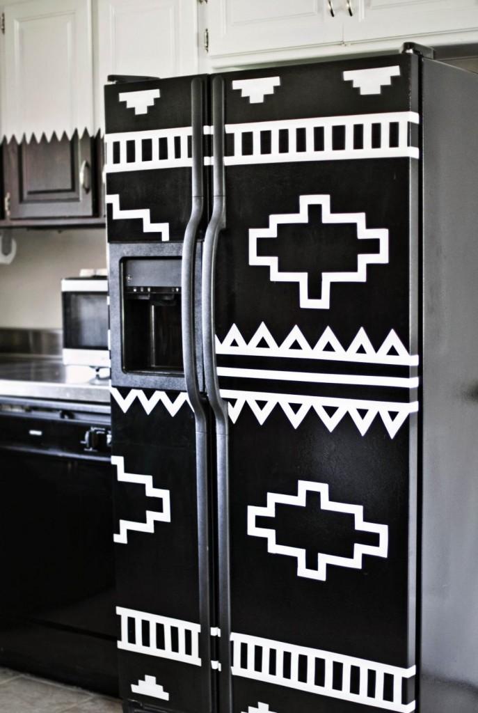 Холодильник с необычным контрастным рисунком