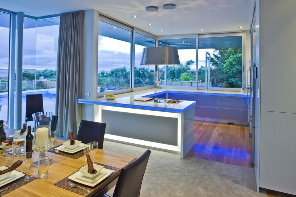 Большие окна в кухне позволяют наслаждаться прекрасным видом