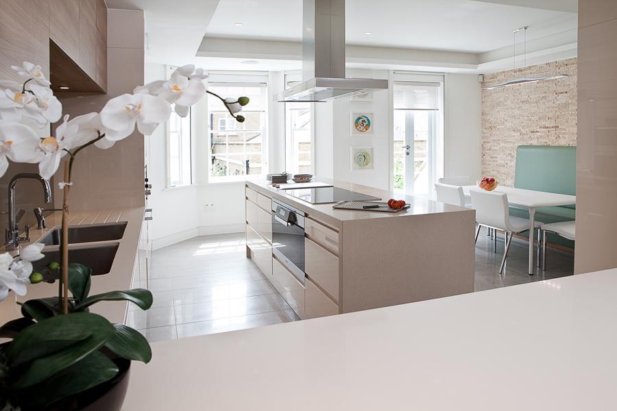 Сочетание белого и бежевого цвета в кухне придаст ощущение легкости и воздушности
