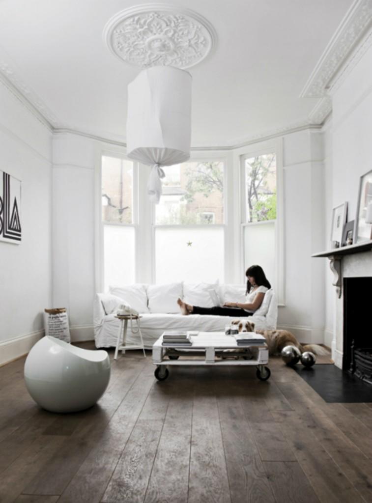 Эркер с большими окнами пропускает максимальное количество природного освещения в дом