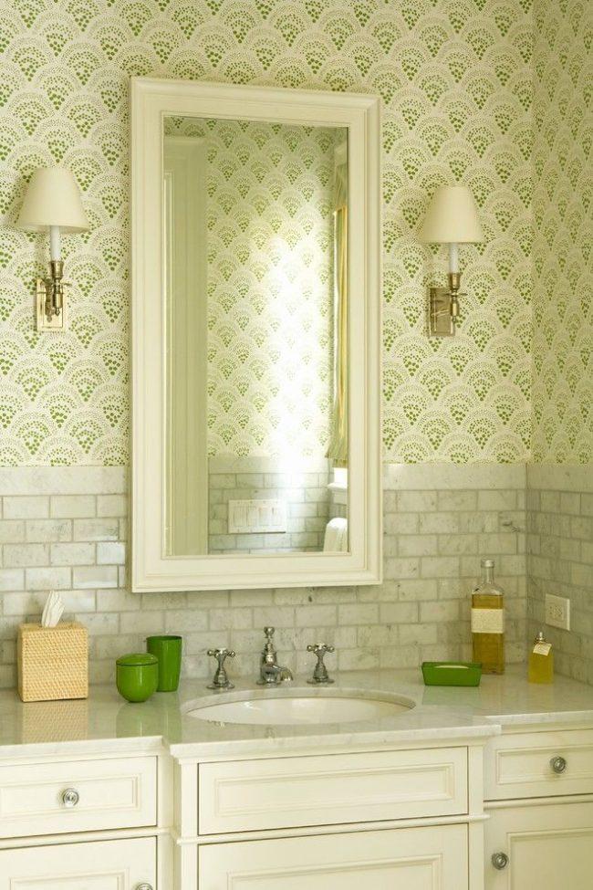 Светлая ванная комната с мелким орнаментом теплого зеленого оттенка на обоях