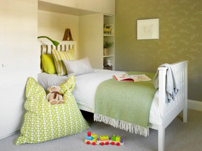 Спокойный вариант интерьера детской комнаты с минимумом мебели, но максимумом функциональности и комфорта