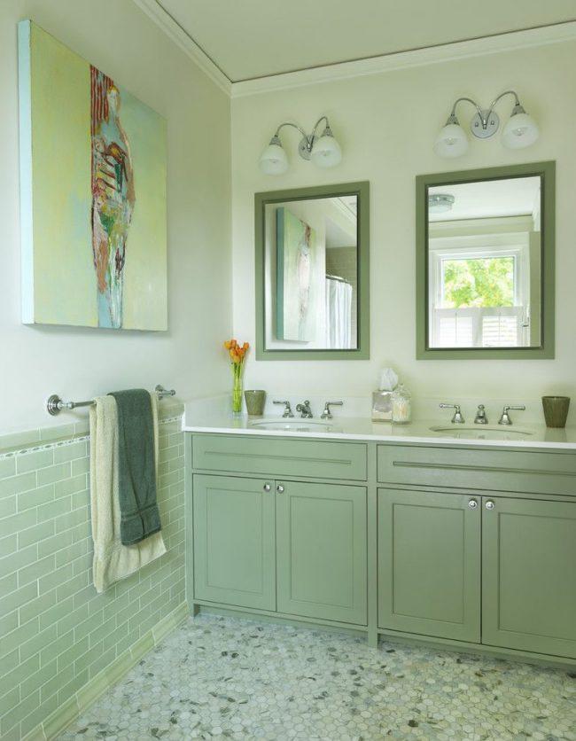 Ванная комната, оформленная разными оттенками мятного цвета. Абстрактная картина на стене с мягким желтым фоном добавляет интерьеру теплоты