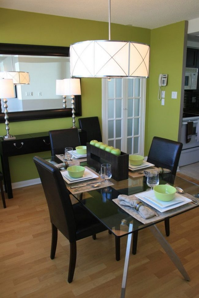 Стены цвета зеленого яблока в сочетании с черной лаконичной мебелью создают стильный интерьер в стиле минимализм