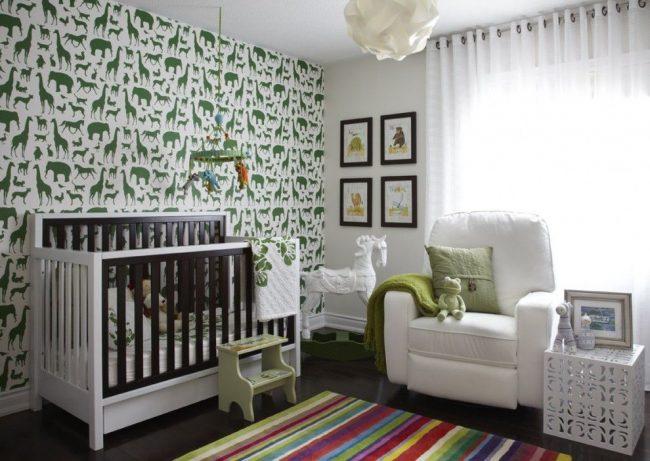 Обои для детской: зеленые силуэты животных на белом фоне