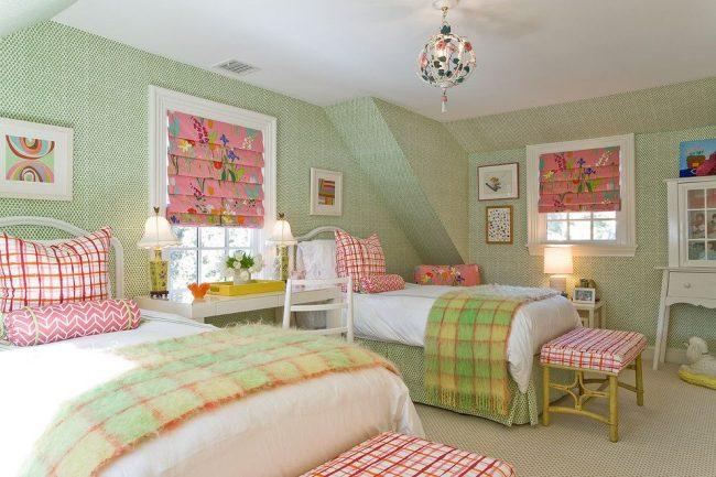 Спокойный свежий интерьер детской комнаты для двух девочек. Основной цвет спальни – зеленый. Белый и розовый – дополнительные цвета
