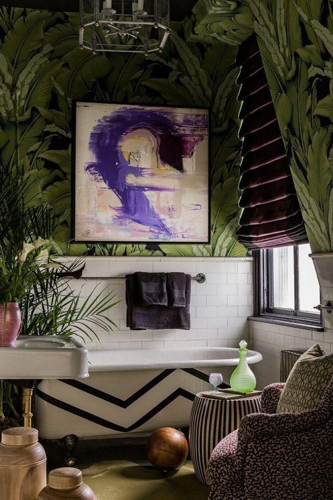 Тропический дизайн ванной комнаты: зелено-черные фотообои с изображением пальмовых листьев, ванна на львиных лапах, обилие зелени и т.д.