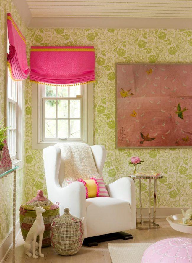 Детская комната с цветочным принтом на обоях, яркими римскими шторами на окнах и множеством милых декоративных мелочей