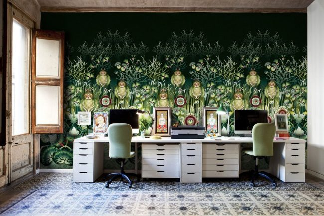 Сказочные мотивы на черно-зеленых фотообоях домашнего офиса. Состаренные окна и керамическая плитка на полу передают аутентичность стиля