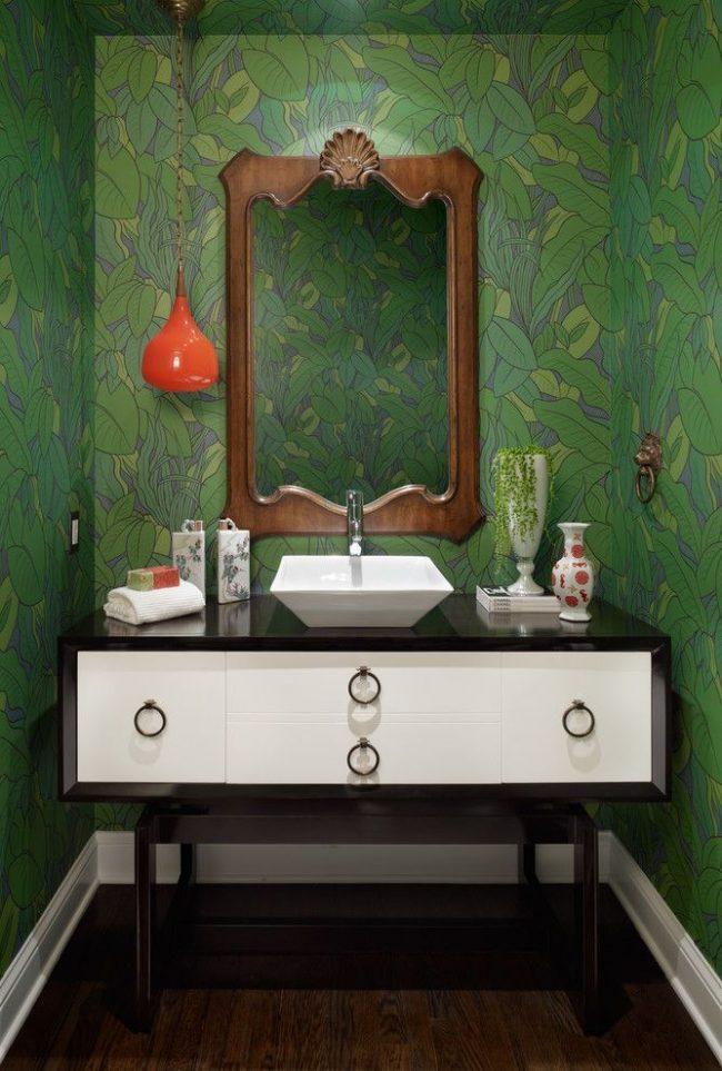 Зеленые обои в интерьере современной ванной комнаты: сочетание изумрудного зеленого с натуральной древесиной