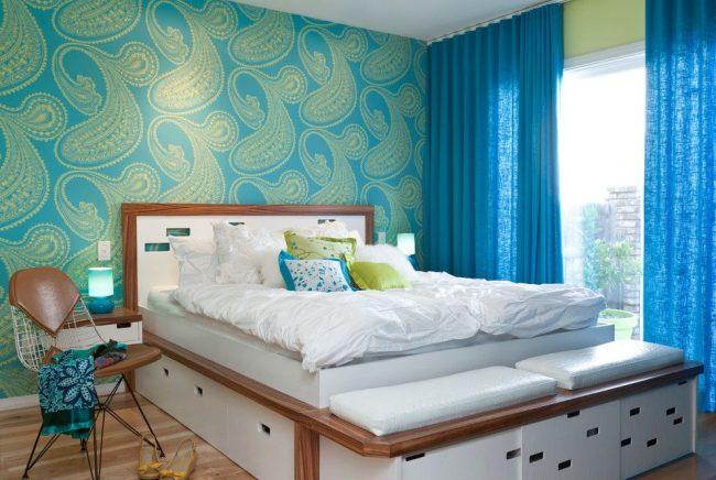Светло-синий фон обоев и зеленый орнамент создают гармоничную цветовую комбинацию