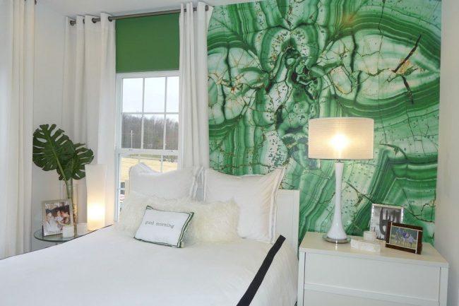 Настенная наклейка с изображением малахита, занимающая центральное место в спальне стиля модерн, не разрушает аутентичный образ